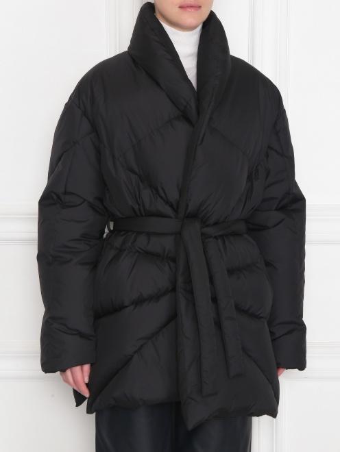 Стеганая куртка с поясом  - МодельВерхНиз
