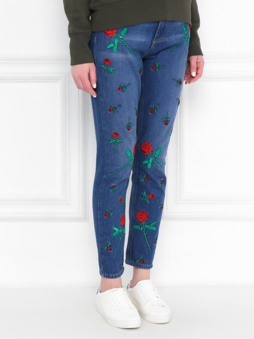 Укороченные джинсы с цветочным узором - МодельВерхНиз