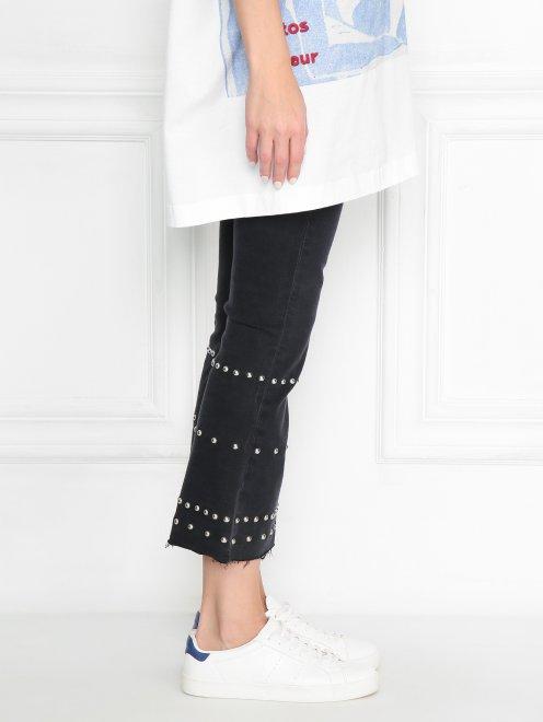 Укороченные джинсы с металлической фурнитурой - МодельВерхНиз2