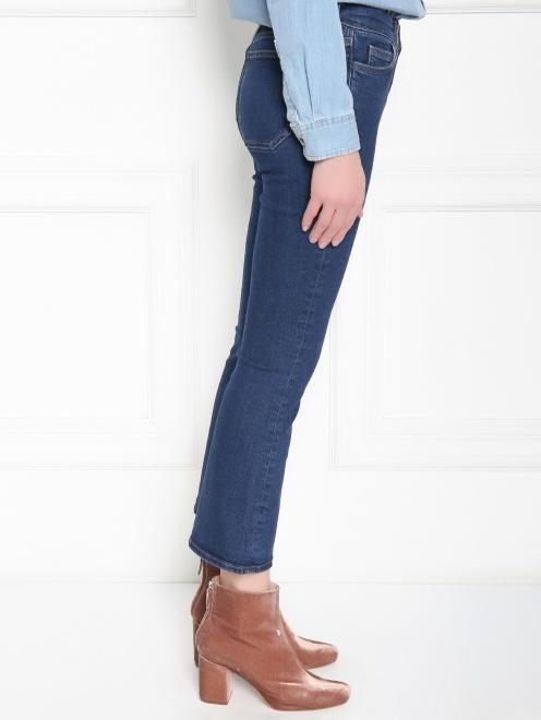 Расклешенные укороченные джинсы из темного денима - МодельВерхНиз2