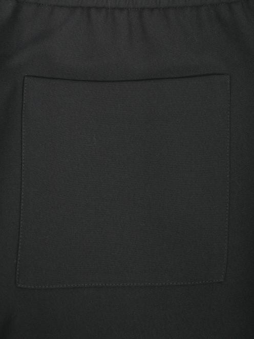 Брюки на резинке свободного кроя с карманами - Деталь