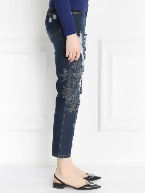Укороченные джинсы с потертостями и вышивкой из бисера - Модель Верх-Низ2