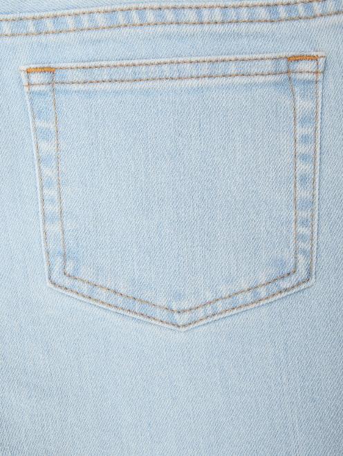 Укороченные джинсы из светлого денима - Деталь