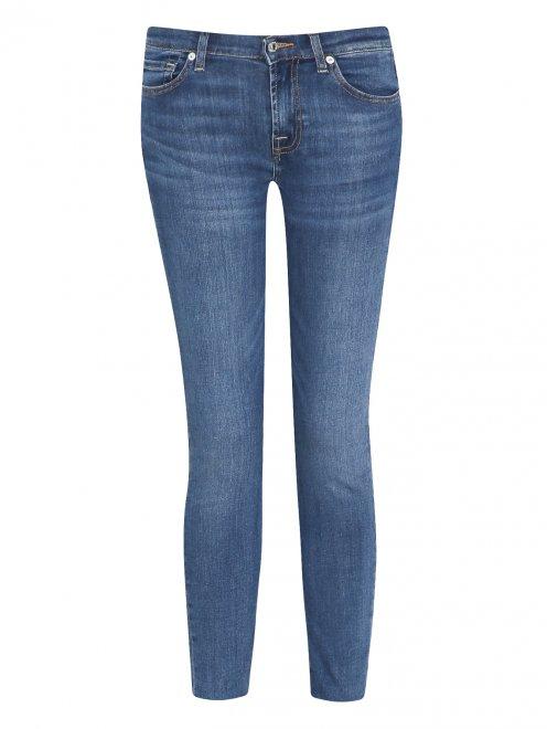 Укороченные джинсы зауженного кроя  - Общий вид